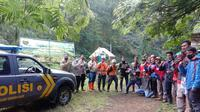 Pencarian tim SAR Gabungan terhadap Muhammad Gibran Arrasyid (14), pendaki remaja yang hilang misterius di Gunung Guntur, Garut, Jawa Barat hingga Selasa malam, belum membuahkan hasil. (Liputan6.com/Jayadi Supriadin)