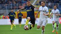 Striker Inter Milan, Mauro Icardi, berusaha melewati bek Atalanta, Rafael Toloi. Pada laga ini La Beneamata menggunakan formasi 4-2-3-1, sementara Atalanta memakai skema 3-4-2-1. (AFP/Giuseppe Cacace)