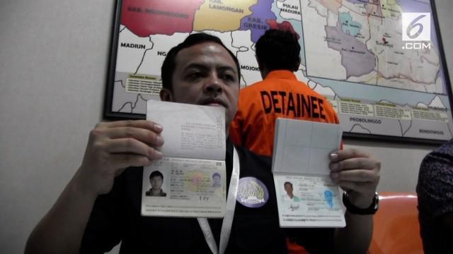 Imigrasi Tanjung Perak Surabaya menggerebek 2 WNA yang menyalahi izin tinggal. Keduanya bekerja pada perusahaan swasta di Surabaya