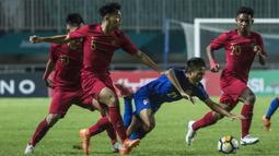 Bek Timnas Indonesia, Samuel Simanjuntak, menjatuhkan striker Thailand, Yuthapichai Lertlum, pada laga PSSI 88th U-19 di Stadion Pakansari, Jawa Barat, Minggu (23/9/2018). Kedua negara bermain imbang 2-2. (Bola.com/Vitalis Yogi Trisna)