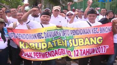 1000 Aparatur Sipil Negara (ASN) berunjuk rasa di depan gedung DPR-MPR menuntut penghapusan peraturan menteri dalam negeri.