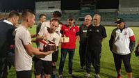 Madura United merayakan HUT ke-4 di Stadion Gelora Bangkalan, Bangkalan, Jumat malam (10/1/2020). (Bola.com/Aditya Wany)