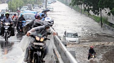 Banjir menyerbu kawasan Senayan di Jl.Pemuda, Taman Ria Senayan, Jakarta, Jumat (30/5/2014) (Liputan6.com/Faizal Fanani)
