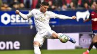 Striker Real Madrid, Luka Jovic, melepasakan tendangan ke gawang Osasuna pada laga La Liga di Stadion El Sadar, Minggu (9/2/2020). Real Madrid menang 4-1 atas Osasuna. (AP/Alvaro Barrientos)