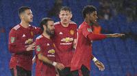 Para pemain Manchester United berselebrasi setelah Juan Mata mencetak gol ke gawang Brighton pada babak keempat Carabao Cup di Stadion Falmer, Kamis (1/10/2020) dini hari WIB. (Andy Rain/Pool via AP)