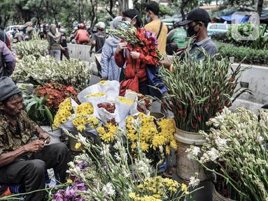 Pedagang bunga hias menunggu pembeli di Pasar Petak Sembilan, Jakarta, Kamis (11/2/2021). Membeli bunga hias merupakan salah satu tradisi warga keturunan Tionghoa dalam perayaan Tahun Baru Imlek. (merdeka.com/Iqbal S. Nugroho)