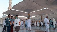 Jemaah haji Indonesia di Masjid Nabawi, Madinah usai melaksanakan sholat subuh. Foto: Darmawan/MCH