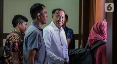 Terdakwa kasus korupsi KTP elektronik Markus Nari tersenyum usai menjalani sidang pembacaan pledoi di Pengadilan Tipikor, Jakarta, Senin (4/11/2019). Sebelumnya, JPU KPK menuntut Markus Nari 9 tahun penjara dan denda Rp 500 juta subsider pidana kurungan selama 6 bulan. (Liputan6.com/Faizal Fanani)