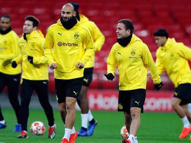 Pemain Borussia Dortmund melakukan pemanasan selama sesi latihan di Stadion Wembley di London, Inggris (12/2). Dortmund akan bertanding melawan Tottenham Hotspur pada babak 16 besar Liga Champions. (AP Photo/Frank Augstein)