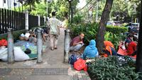 Sejumlah imigran berkumpul di trotoar depan Kantor UNHCR Menara Ravindo, Kebon Sirih, Jakarta, Rabu (3/7/2019). Para imigran hampir seminggu terlantar di trotoar depan Menara Ravindo untuk meminta tempat tinggal dan keputusan suaka. (merdeka.com/Iqbal Nugroho)