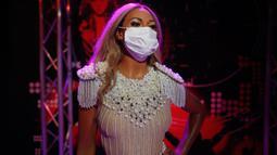 Sebuah makser dikenakan pada patung lilin penyanyi Amerika Serikat Beyonce di Madame Tussauds di Istanbul, Sabtu (11/7/2020). Dibuka kembali, sejumlah sosok tokoh terkenal di museum itu dipakaikan masker untuk meningkatkan kesadaran terhadap penyebaran Covid-19. (AP Photo/Emrah Gurel)