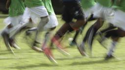 Para pemain dari SSB Maehanu melakukan pemanasan sebelum melawan SSB Tulehu Putra pada laga final di Lapangan Masariku Yonif 733, Ambon, Kamis (30/11/2017). SSB Maehanu menang 1-0 atas SSB Tulehu putra. (Bola.com/Peksi Cahyo)