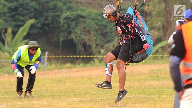 Atlet paralayang Indonesia Jafro Megawanto saat nomor ketepatan mendarat (KTM) individual di Gunung Mas, Bogor (21/8). Hasil perolehan medali pada cabang olah raga ini diperkirakan pada 23/08 besok. (Merdeka.com/Arie Basuki)