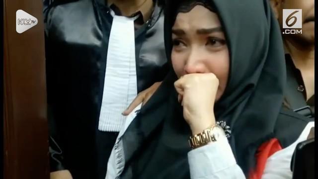 Perjalanan kasus narkoba Roro Fitria berakhir. Pengadilan Negeri Jakarta Selatan akhirnya memberi vonis empat tahun penjara bagi artis seksi yang kerap disapa Nyai ini.