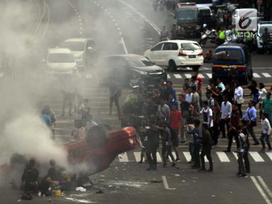 Kru mengambil gambar dari sebuah adegan saat proses syuting film dokumenter di kawasan Sarinah, Jalan MH Thamrin, Jakarta Pusat, Sabtu (14/4). Untuk keperluan syuting itu, sebagian ruas jalan MH Thamrin ditutup untuk sementara. (Merdeka.com/Imam Buhori)