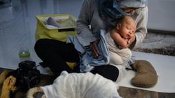 Seorang fotografer wanita, Fanny Nurdiana, saat bekerja selama sesi foto di Banda Aceh pada 18 November 2019. Merekam momen bayi baru lahir lewat fotografi belakangan sedang menjadi tren para orangtua baru di Indonesia. (Photo by CHAIDEER MAHYUDDIN / AFP)