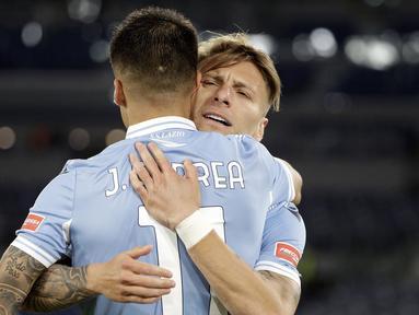 Striker Lazio, Joaquin Correa (depan) bersama Ciro Immobile merayakan gol kedua Lazio yang dicetaknya ke gawang AC Milan dalam laga lanjutan Liga Italia 2020/2021 pekan ke-33 di Olimpico Stadium, Roma, Senin (26/4/2021). Lazio menang 3-0 atas AC Milan. (AP/Gregorio Borgia)