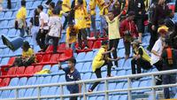 Ulah oknum penonton pada laga Sriwijaya FC vs Arema, Sabtu (21/7/2018), meninggalkan kerusakan di tribune Stadion Gelora Sriwijaya Jakabaring, Palembang. (Bola.com/Riskha Prasetya)