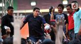 Legenda sepak bola Argentina Diego Maradona menendang bola untuk penggemarnya saat datang ke Stadion Gelora Bung Karno (GBK), Senayan, Jakarta, Sabtu (29/6/2013). Diego Maradona meninggal dunia pada 25 November 2020. (Liputan6.com/Helmi Fithriansyah)