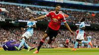 Striker Manchester United, Marcus Rashford, merayakan gol ke gawang Manchester City pada laga Premier League di Etihad, Manchester, Minggu (20/3/2016). (Reuters/Jason Cairnduff)