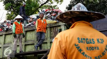 20150819-Truk Pengangkut Sampah di Jagakarsa-Jakarta