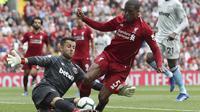 Gelandang Liverpool, Georginio Wijnaldum, berusaha melewati kiper West Ham, Lukasz Fabianski, pada laga Premier League di Stadion Anfield, Minggu (12/8/2018). Liverpool menang 4-0 atas West Ham. (AP/David Davies)