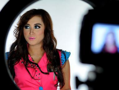 Septy Sanustika saat proses syuting pembuatan videoklip single 'Playboy Cap Sisir' di kawasan Ciputat, Tangerang Selatan, Senin (16/3/2015). (Liputan6.com/Faisal R Syam)
