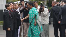 Menhan India, Nirmala Sitharaman bersalaman dengan pejabat tinggi Kementerian Pertahanan, Jakarta, Selasa (23/10). Kunjungan Menhan India Tersebut untuk mempererat kerja sama bidang keamanan kedua negara. (Lipuann6.com/Angga Yuniar)