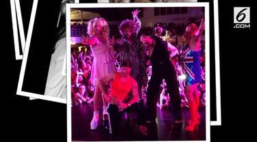 Penampilan tidak biasa Backstreet Boys dalam konsernya di sebuah kapal pesiar. Backstreet Boys berdandan seperti Spice Girls.