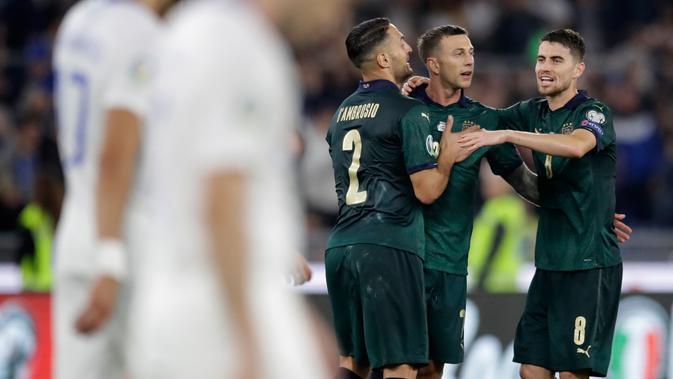 Striker timnas Italia, Federico Bernardeschi (kedua kanan) bersama rekan setimnya mereyakan gol ke gawang Yunani pada pertandingan grup J babak kualifikasi Piala Eropa 2020 di Stadio Olimpico, Sabtu (12/10/2019). Italia lolos ke putaran final setelah mengalahkan Yunani 2-0. (AP/Alessandra Tarantino)