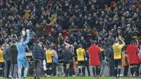 Ucapan terima kasih para pemain Newport County dengan memberikan salam kepada fans usai laga melawan Tottenham pada Piala FA di Wembley Stadium, London, (7/2/2018). Tottenham menang 2-0. (AFP/Ian Kington)