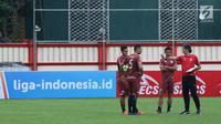 Pelatih Persija, Stefano Cugurra (kanan) memberi arahan pada tiga pemainnya saat latihan resmi jelang laga lanjutan Go-Jek Liga 1 Indonesia 2018 bersama Bukalapak melawan Persib di Lapangan PTIK, Jakarta, Jumat (29/6). (Liputan6.com/Helmi Fithriansyah)