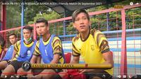 Bek AHHA PS Pati FC, Syaiful Indra Cahya setelah dikartu merah karena menebas gelandang Persiraja Banda Aceh, Muhammad Nadhiif. (Tangkapan layar YouTube AHHA PS FC).