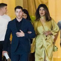 Priyanka Chopra terlihat mengalungkan tangannya di lengan Nick Jonas saat mereka tiba d Laguna Grill and Rum Bar. (Jackson Lee / SplashNews.com/ E! News)