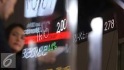 Pengunjung melintasi layar di Bursa Efek Indonesia, Jakarta, Senin (27/6).Pada pra pembukaan perdagangan saham, IHSG melemah 30,52 poin atau 0,63 persen ke level 4.804,04. (Liputan6.com/Angga Yuniar)