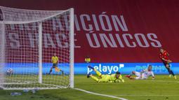 Pemain Spanyol Ferran Torres (kanan) mencetak gol ke gawang Kosovo pada pertandingan Grup B babak kualifikasi Piala Dunia 2022 antara di Stadion La Cartuja, Seville, Spanyol, Rabu (31/3/2021). Spanyol menang 3-1. (AP Photo/Miguel Angel Morenatti)