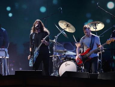 Penampilan band Foo Fighters saat menghibur penonton di Brit Awards 2018 di London, Rabu (21/2). Brit Awards adalah penghargaan musik tahunan di Inggris yang didirikan oleh British Phonographic Industry. (Joel C Ryan / Invision / AP)
