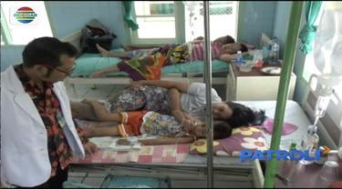 Puluhan warga Tulungagung dilarikan ke Puskesmas Kauman. Diduga korban keracunan usai menyantap hidangan di acara hajatan tetangga.