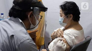 FOTO: Kecamatan Penjaringan Gelar Vaksinasi Malam