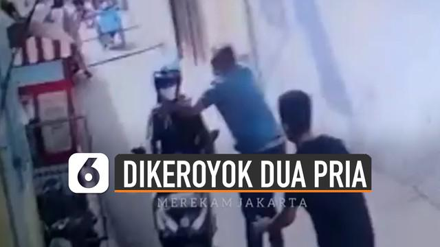 Terekam kamera CCTV pengendara ojek online dikeroyok dua orang pria di sebuah gang.