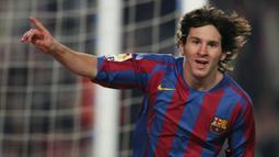 Lionel Messi pernah masuk nominasi penghargaan Ballon d'Or tahun 2006 ketika dirinya berumur 19 tahun 157 hari. Messi mampu tampil apik dan membantu Barcelona meraih gelar La Liga dan Liga Champions pada musim 2005/2006. Ia berhasil menempati urutan ke-12 saat itu. (Foto: AFP/Lluis Gene)