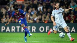 Ansu Fati mencetak dua gol sekaligus saat Barcelona menghadapi Levante dalam laga lanjutan La Liga. Dua gol pemain berusia 17 tahun ini membawa Barcelona menang 2-1 atas Levante. (AFP/Lluis Gene)