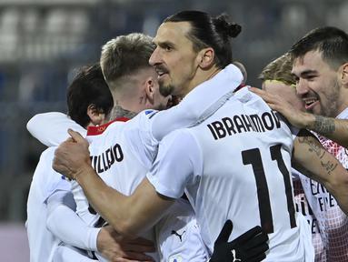 Striker AC Milan, Zlatan Ibrahimovic melakukan selebrasi bersama rekan setim usai mencetak gol kedua ke gawang Cagliari dalam laga lanjutan Liga Italia 2020/21 pekan ke-18 di Sardegna Arena, Senin (18/1/2021). AC Milan menang 2-0 atas Cagliari. (AFP/Alberto Pizzoli)