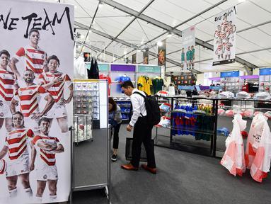 Seorang pria mencari aksesoris rugby di Rugby World Cup 2019 Megastore di distrik Shinjuku yang ramai di Tokyo (8/10/2019). Rugby World Cup diselenggarakan dari 20 September hingga 2 November 2019. (AFP Photo/Kazuhiro Nogi)
