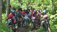 Komunitas motor adventure Coral hendak menjajal tanjakan di jalur antara Cingebul-Banjaranyar.