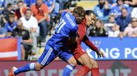 Van Dijk (kanan) berduel dengan Marc Albrighton saat Liverpool melawan Leicester City di Liga Inggris (AP Photo/Rui Vieira)
