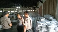 Polisi saat mengecek kondisi gudang yang diduga jadi lokasi menimbun dan mengoplos garam. (Liputan6.com/B Santoso)