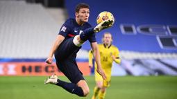 Bek Prancis, Benjamin Pavard, berusaha mengontrol bola saat menghadapi Swedia pada laga lanjutan Grup 3 UEFA Nations League di Stade de France, Rabu (18/11/2020) dini hari WIB. Prancis menang 4-2 atas Swedia. (AFP/Franck Fife)