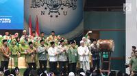 Presiden Joko Widodo atau Jokowi memukul bedug saat membuka Harlah ke-93 NU di Jakarta, Kamis (31/1). Jokowi didampingi Menko Polhukam Wiranto, Menag Lukman Hakim Saifuddin, Menpora Imam Nahrawi serta Seskab Pramono Anung. (Liputan6.com/Angga Yuniar)