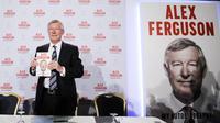 Sir Alex Ferguson saat peluncuran buku berjudul 'My Autobiography', di London (22/10/2013).  (EPA/Facundo Arrizabalaga)